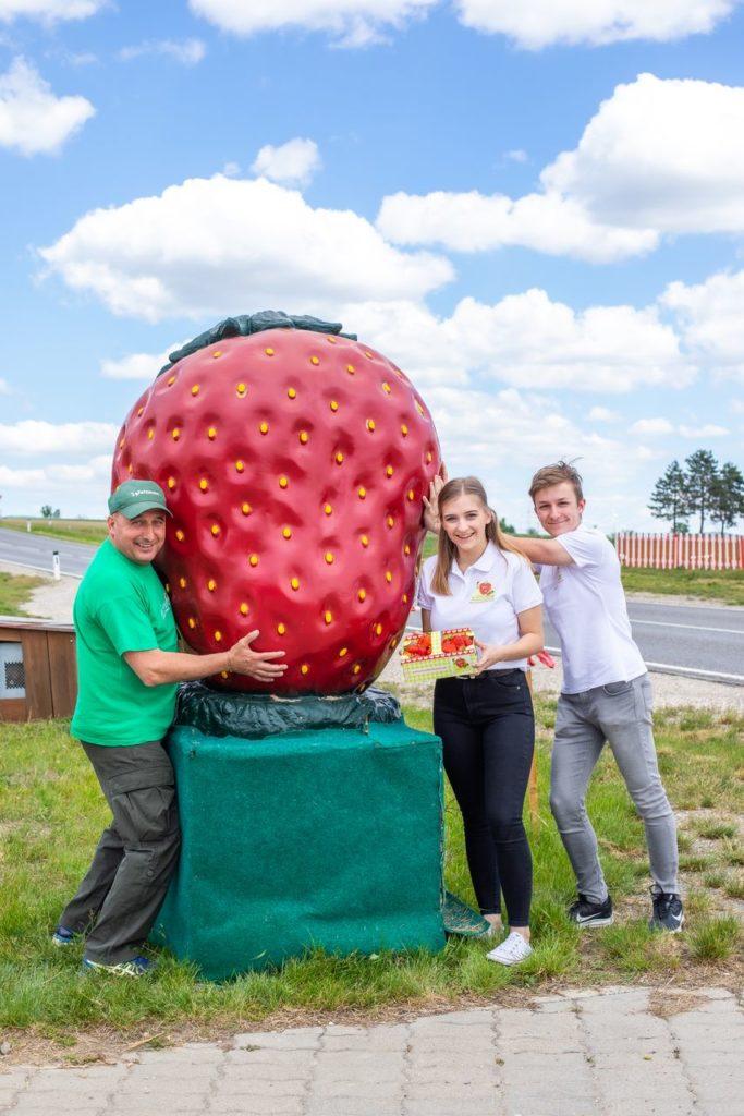 Christoph Fälbl mit Helena und Johannes Wunderlich - Erdbeer Drive-in an der B4 bei Stockerau