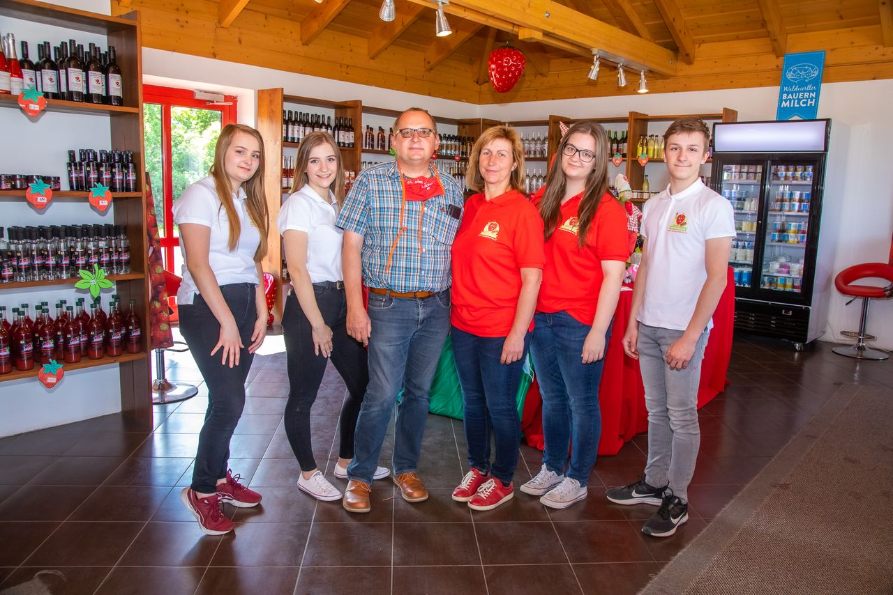 Familie Wunderlich - Erdbeer Drive-in an der B4 bei Stockerau