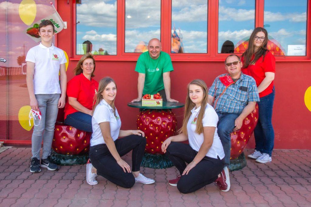 Christoph Fälbl mit Familie Wunderlich - Erdbeer Drive-in an der B4 bei Stockerau